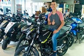 Juan David le apostó a nuestro sitio web y ahora está feliz con su nueva moto