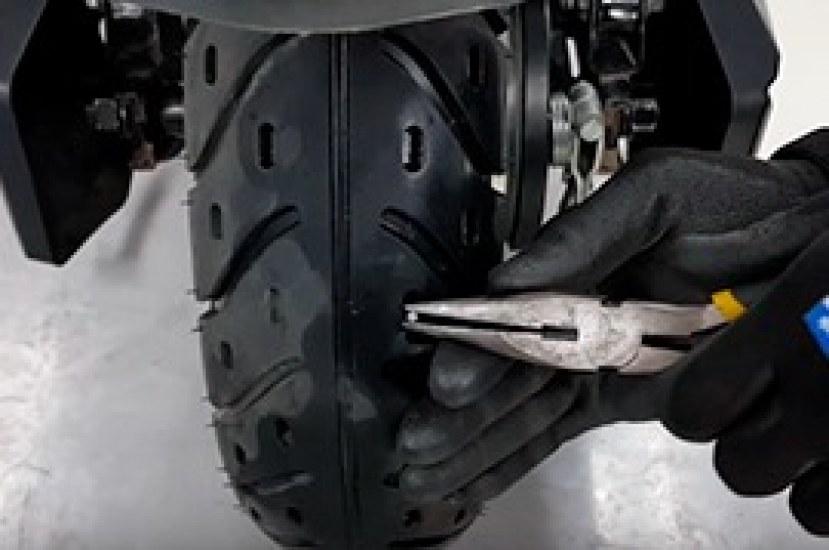 ¿Cómo despinchar la llanta de tu moto eléctrica?