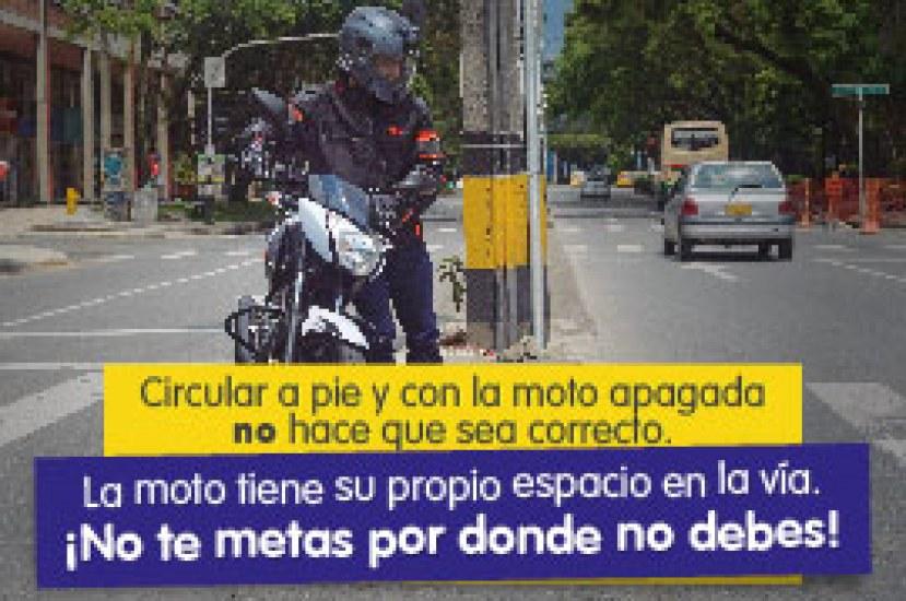 ¿Muy vivito por hacer lo prohibido con tu moto apagada?