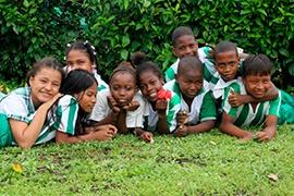 Auteco entrega computadores a Fundación Mariana Orth para apoyar metodología educativa STEM en Nuquí, Chocó